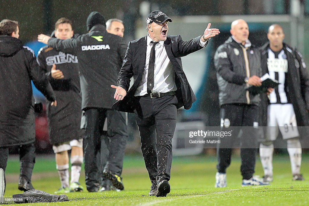 Siena head coach Giuseppe Iachini shouts instructions to his players during the Serie A match between AC Siena and UC Sampdoria at Stadio Artemio Franchi on January 20, 2013 in Siena, Italy.