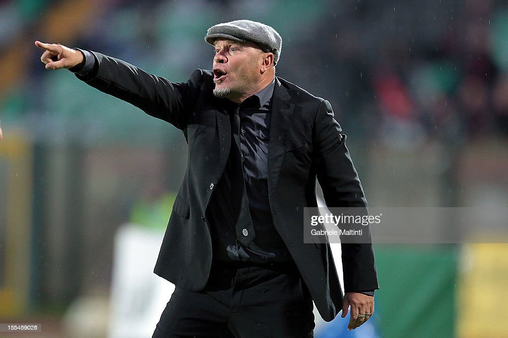 Siena head coach Serse Cosmi shouts instructions to his players during the Serie A match between AC Siena and Genoa CFC at Stadio Artemio Franchi on November 4, 2012 in Siena, Italy.
