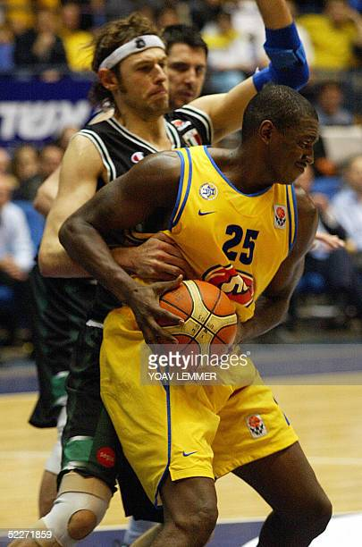 Siena's Calanda Ciacom tries to stop Maccabi Tel Aviv's attacker Deon Thomas 03 March 2005 in a Euroleague Basketball match held at the Yad Eliyahu...
