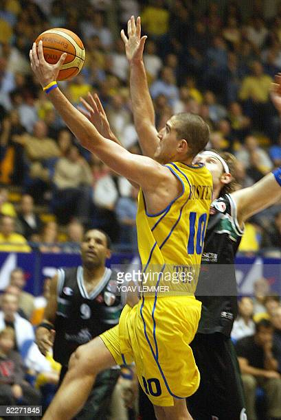 Siena's Calanda Ciacom tries to stop Maccabi Tel Aviv's attacker Tal Burstein 03 March 2005 during their Euroleague Basketball match held at the Yad...