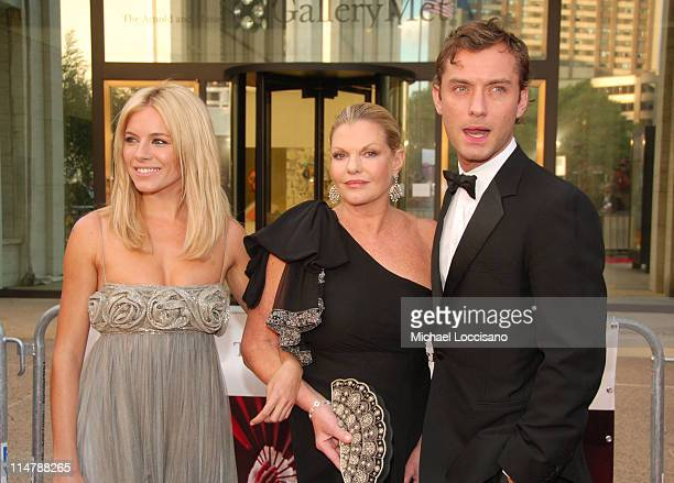 Sienna Miller guest and Jude Law during 'Madama Butterfly' Opening Night Starting the Lincoln Center Metropolitan Opera 20062007 Season at Lincoln...