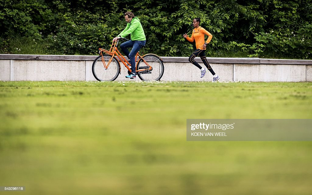 Sifan Hassan (R) trains during the team presentation of the Dutch team for the European Athletics Championships 2016 in Amsterdam, on June 27, 2016. / AFP / ANP / Koen van Weel / Netherlands OUT