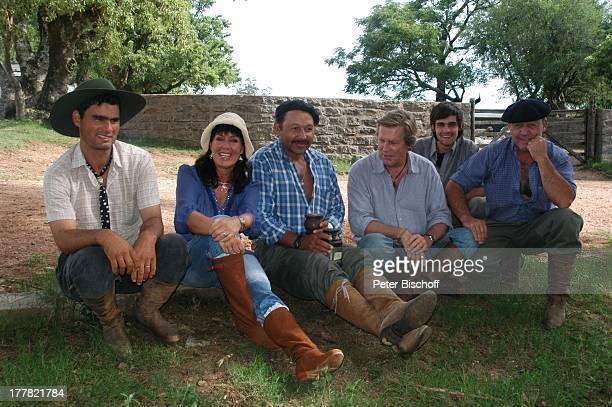 Sigmar Solbach Ehefrau Claudia Gauchos am Rande der Dreharbeiten zum ARDFilm 'Am Kap der Liebe Unter der Sonne Uruguays' alter Titel 'Das Lied der...