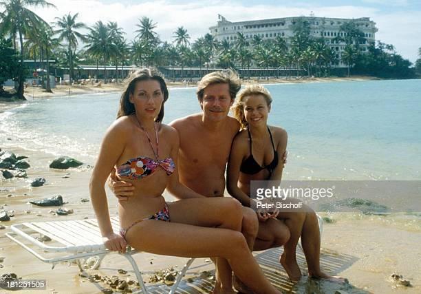 Sigmar Solbach Miroslava Safrankova neben den Dreharbeiten zur ZDFReihe 'Traumschiff' Folge 3 'Karibik/Bahamas' Strand Meer Liege Bikini Umarmung...