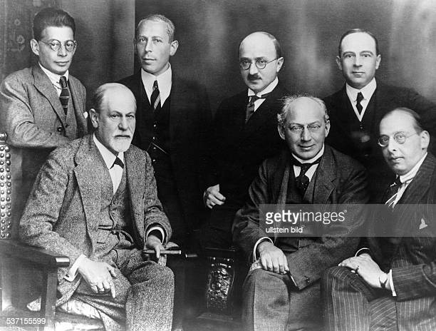 Sigmund FreudSigmund Freud Wissenschaftler Psychoanalytiker Österreich Das 'Comitee' Berlin 1922 sitzend Freud Ferenczi Sachs stehend Rank Abraham...