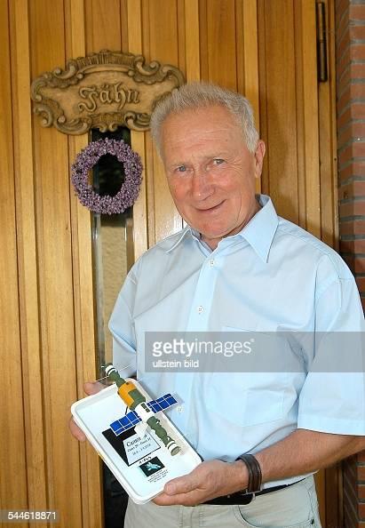 Sigmund Jaehn Kosmonaut Berater der DLR mit einem Modell der SalutRaumkapsel