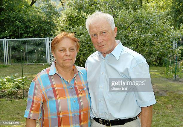Sigmund JÄHN ehemaliger Kosmonaut mit Ehefrau Erika in seinem Garten zuhause in Strausberg