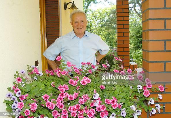 Sigmund JÄHN ehemaliger Kosmonaut vor seinem Haus in Strausberg