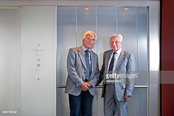 Sigmund Werner Paul Jaehn ehemaliger deutscher Kosmonaut Jagdflieger und Generalmajor der NVA der DDR und Ulf Dietrich Merbold deutscher Physiker und...