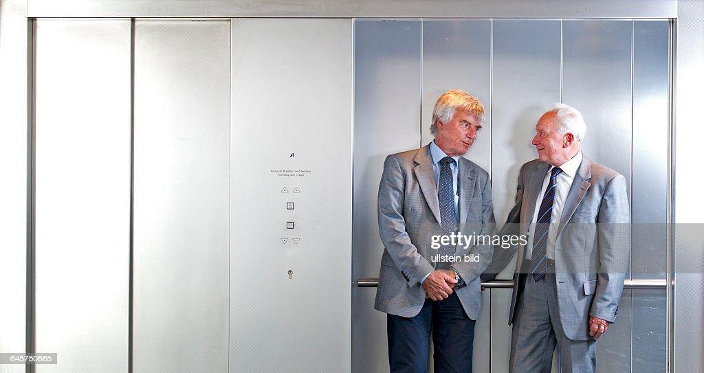 Sigmund Werner Paul Jaehn, ehemaliger deutscher Kosmonaut, Jagdflieger und Generalmajor der NVA der DDR (re.) und Ulf Dietrich Merbold, deutscher Physiker und Astronaut, aufgenommen am Freitag (05.07.13) in einem Fahrstuhl im Deutschen Zentrums fuer Luft- und Raumfahrt (DLR) in Koeln. Merbold war 1983, fuenf Jahre nach dem DDR-Kosmonauten Sigmund Jaehn, der erste Buerger der Bundesrepublik Deutschland im All.