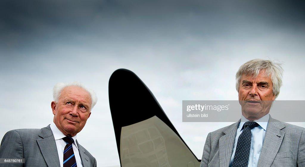 Sigmund Werner Paul Jaehn, ehemaliger deutscher Kosmonaut, Jagdflieger und Generalmajor der NVA der DDR (li.) und Ulf Dietrich Merbold, deutscher Physiker und Astronaut, aufgenommen am Freitag (05.07.13) im Deutschen Zentrums fuer Luft- und Raumfahrt (DLR) in Koeln. Merbold war 1983, fuenf Jahre nach dem DDR-Kosmonauten Sigmund Jaehn, der erste Buerger der Bundesrepublik Deutschland im All.