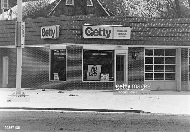 A sign at a Colonial Service petrol station reading 'No Gas' USA circa 1974 The country has been hit by worldwide fuel shortages caused by the oil...