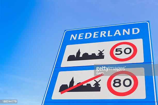 Sinal na fronteira neerlandesa, indicando uma limitação de velocidade