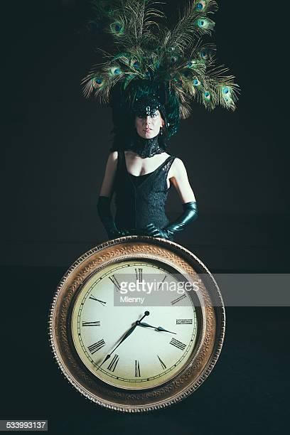 Panneau des horaires Femme âgée tenant réveil surréaliste Portrait