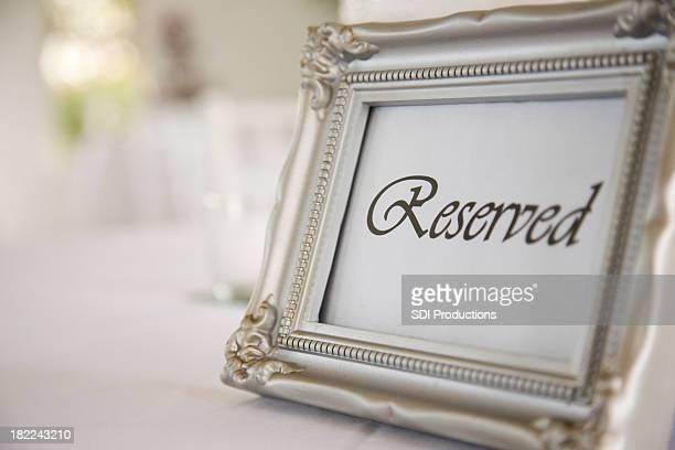 サインをテーブルにご用意し、結婚披露宴
