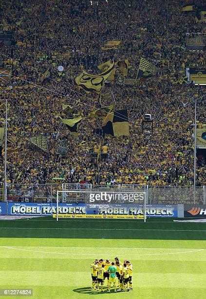 Signal Iduna Park Westfalen Stadion Sudkurve mit Dortmund Fans Innenaufnahme Fussball Bundesliga Deutscher Fussball Meister 2010 / 2011 Borussia...