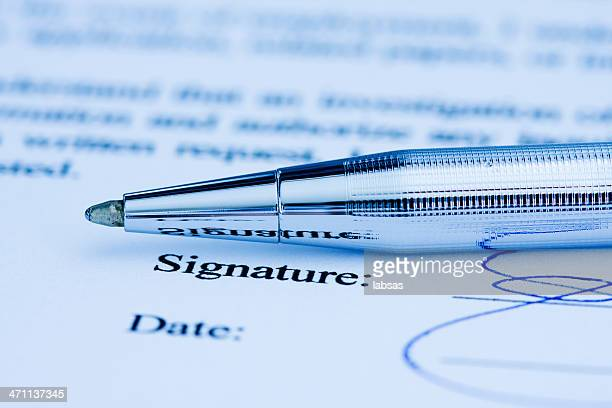 Firma sul documento.