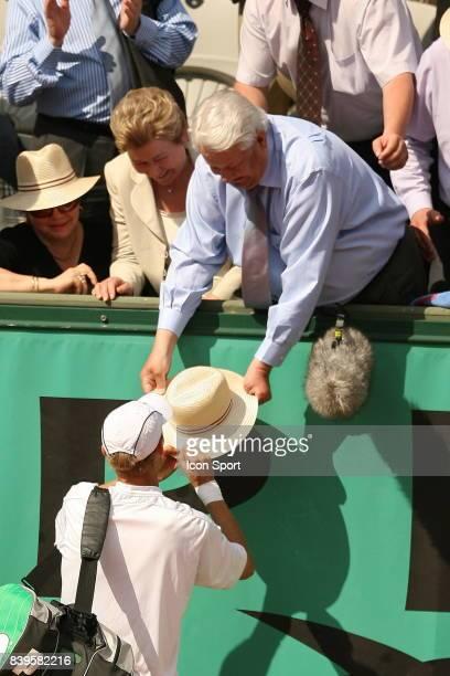 DAVYDENKO signe un autographe sur le chapeau de Boris ELTSINE Jour 6 Roland Garros 2006