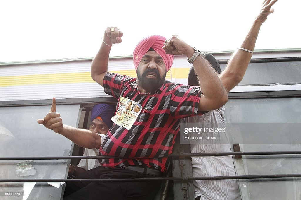 Sikh community members shout slogans after being detained during a protest against Congress leader Sajjan Kumar at Rajpath on May 6, 2013 in New Delhi, India. Sajjan Kumar was recently acquitted by a Delhi court in a case related to 1984 anti-Sikh riot case.