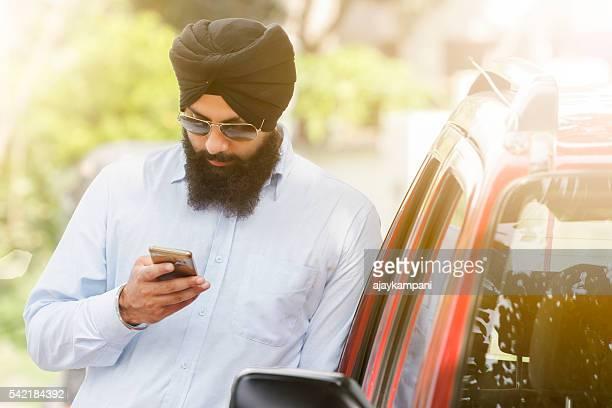 Sikh uomo usa uno smartphone