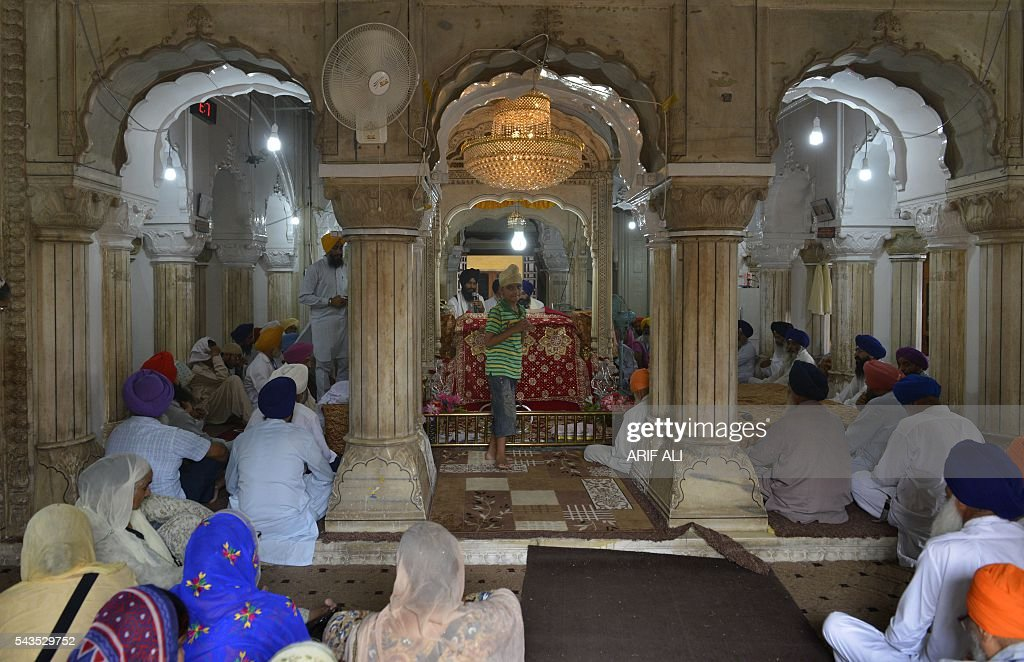 Sikh pilgrims gather at the mausoleum of Maharaja Ranjit Singh during commemorations for his 177th death anniversary in the eastern city of Lahore on June 29, 2016. Hundreds of Sikh pilgrims arrived in Pakistan to attend a ceremony marking the 177th death anniversary of Maharaja Ranjit Singh, the founder of the Sikh empire. / AFP / ARIF ALI