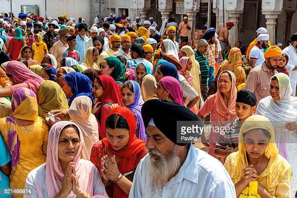 Sikh pellegrini nel Tempio d'oro di Amritsar, India