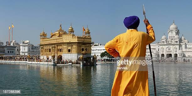 Sikh guerriero nel Tempio d'oro di Amritsar,