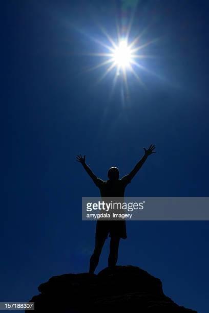 silhouette Bras en l'air dans le ciel du soleil