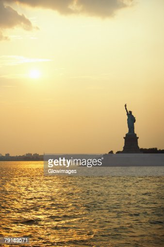 Silhouette of a statue at dusk, Statue Of Liberty, New York City, New York State, USA : Foto de stock
