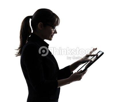 Mujer de negocios con computadora informática escribiendo tableta digital silhoue : Foto de stock