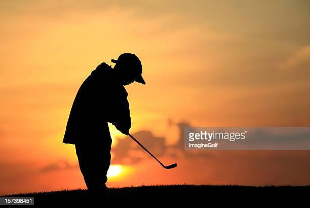 シルエットで若いジュニアゴルファー