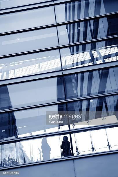 silhouette de femme d'affaires dans un gratte-ciel