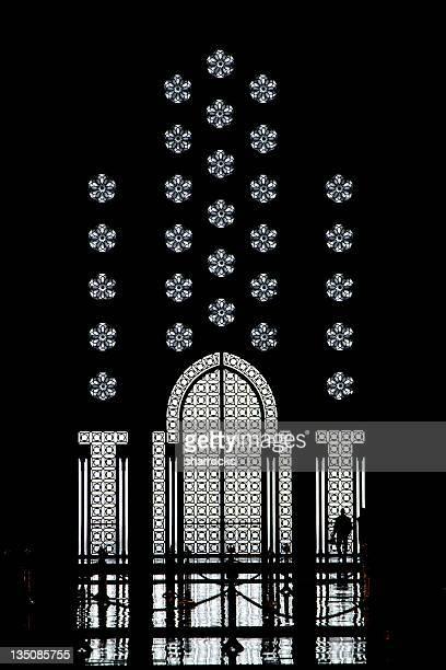 Silhouette d'homme avec un très grand lit et de portes Mosquée Hassan, Casablanca