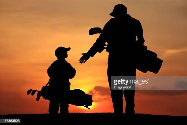 シルエットを父と息子のゴルフコース