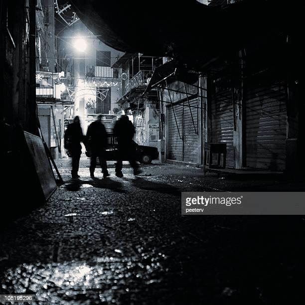 Silhouette de groupe de marche dans Ruelle de nuit