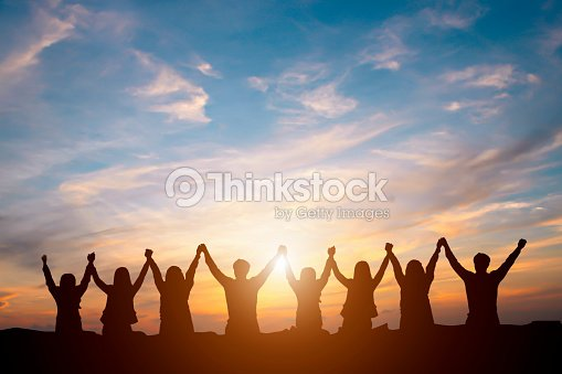 Silhouette of happy business team making high hands in sunset sky background for business teamwork concept : Foto de stock