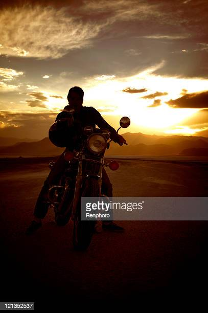 Silhouette d'un homme sur sa moto