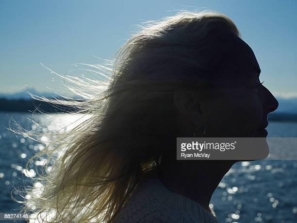 Silhouette de femme d'âge mûr sur voilier