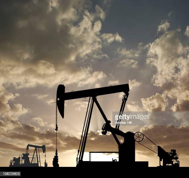 シルエットの油井ポンプの夕暮れ