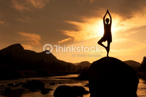 silhouette von yoga im freien die baumhaltung stock foto thinkstock. Black Bedroom Furniture Sets. Home Design Ideas