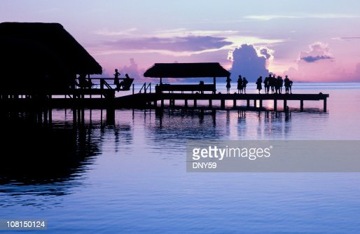 Silhouette of People Standing on Pier Watching Sunset : Stockfoto