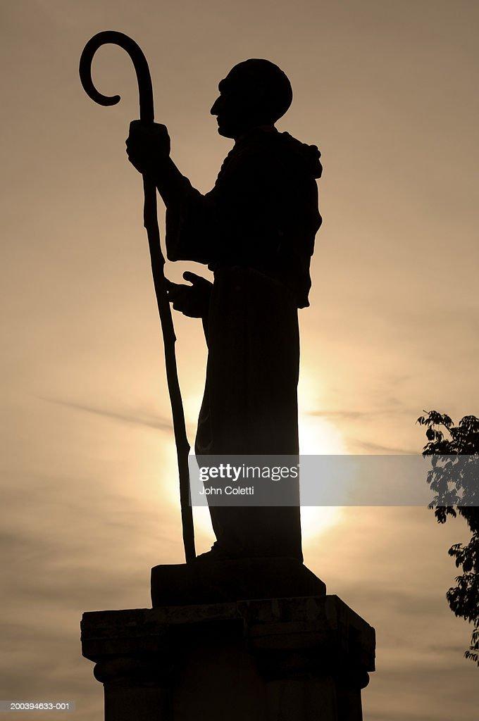 Silhouette of statue, side view : Foto de stock