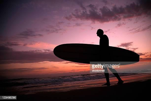 Silhouette Surfer bei Sonnenuntergang