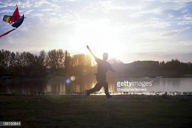 Silhouette de adolescent voler un cerf-volant