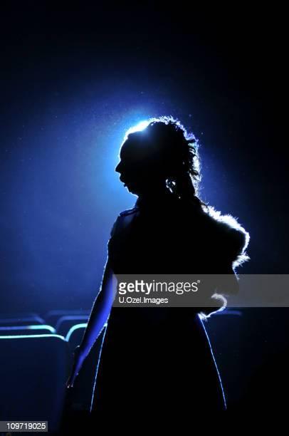 シルエットに女性の青色の背景