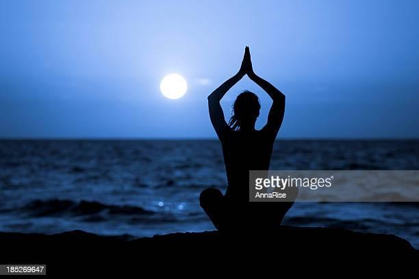 Silhueta de Jovem mulher fazendo Yoga