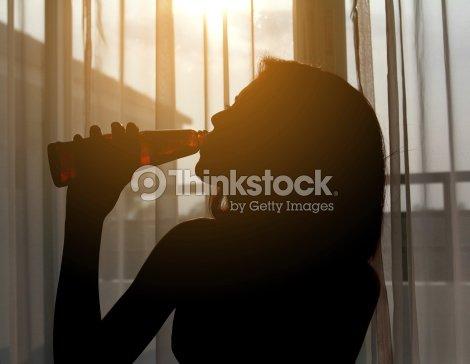 Silhouette photo dune femme de boire du vin rouge dans une for Chambre red wine