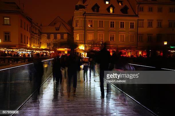 Kontur zu Fuß auf die Brücke in Ljubljana