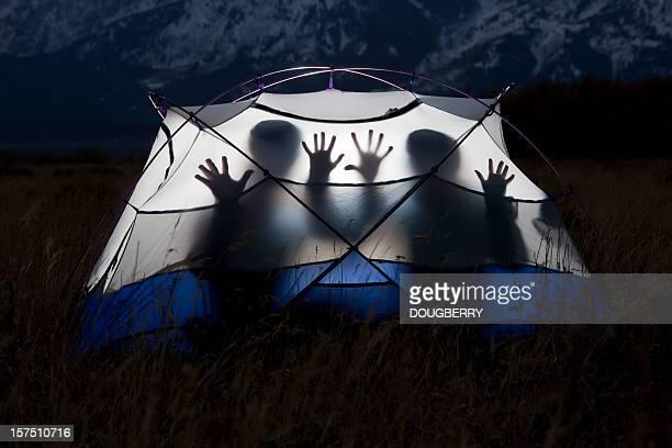 Silhouetten in einem Zelt