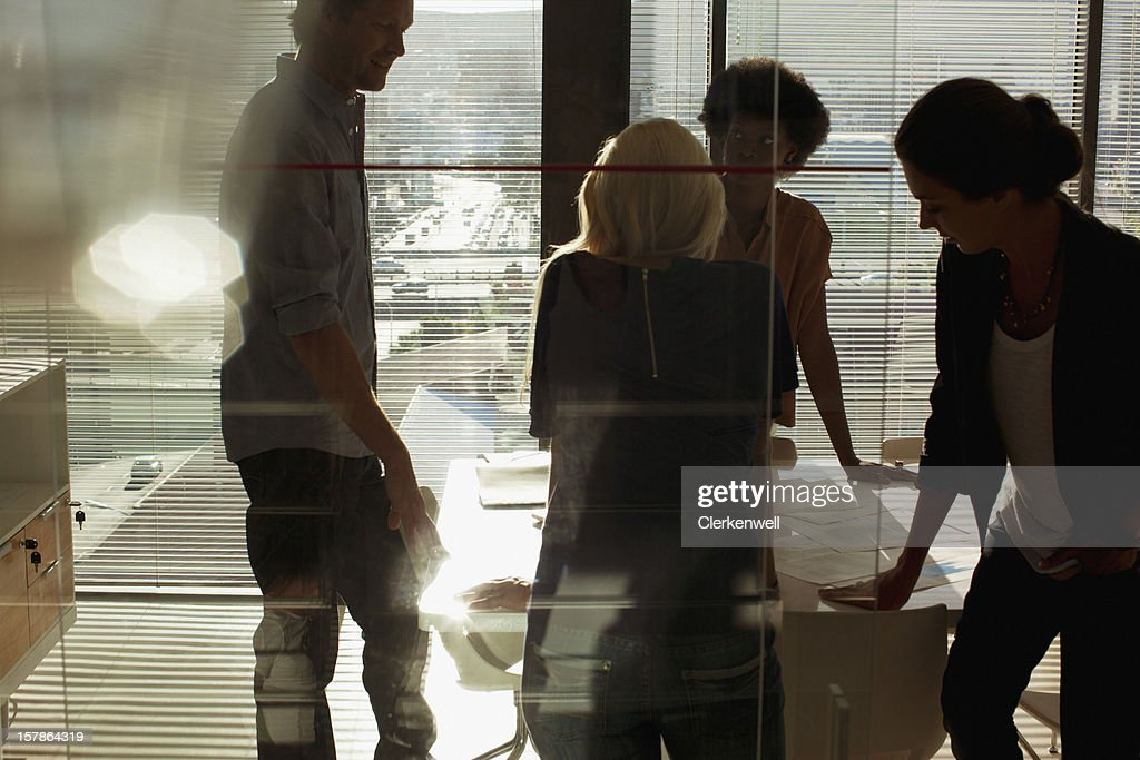 Silhouettes of business people meeting in conference room : Stock Photo